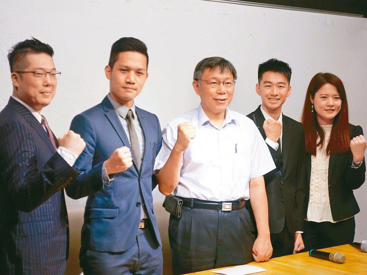 林昆鋒(左一)、楊笙(左二)、蔡峻維(右二)及林筱淇(右一),4人將合組「發言人...