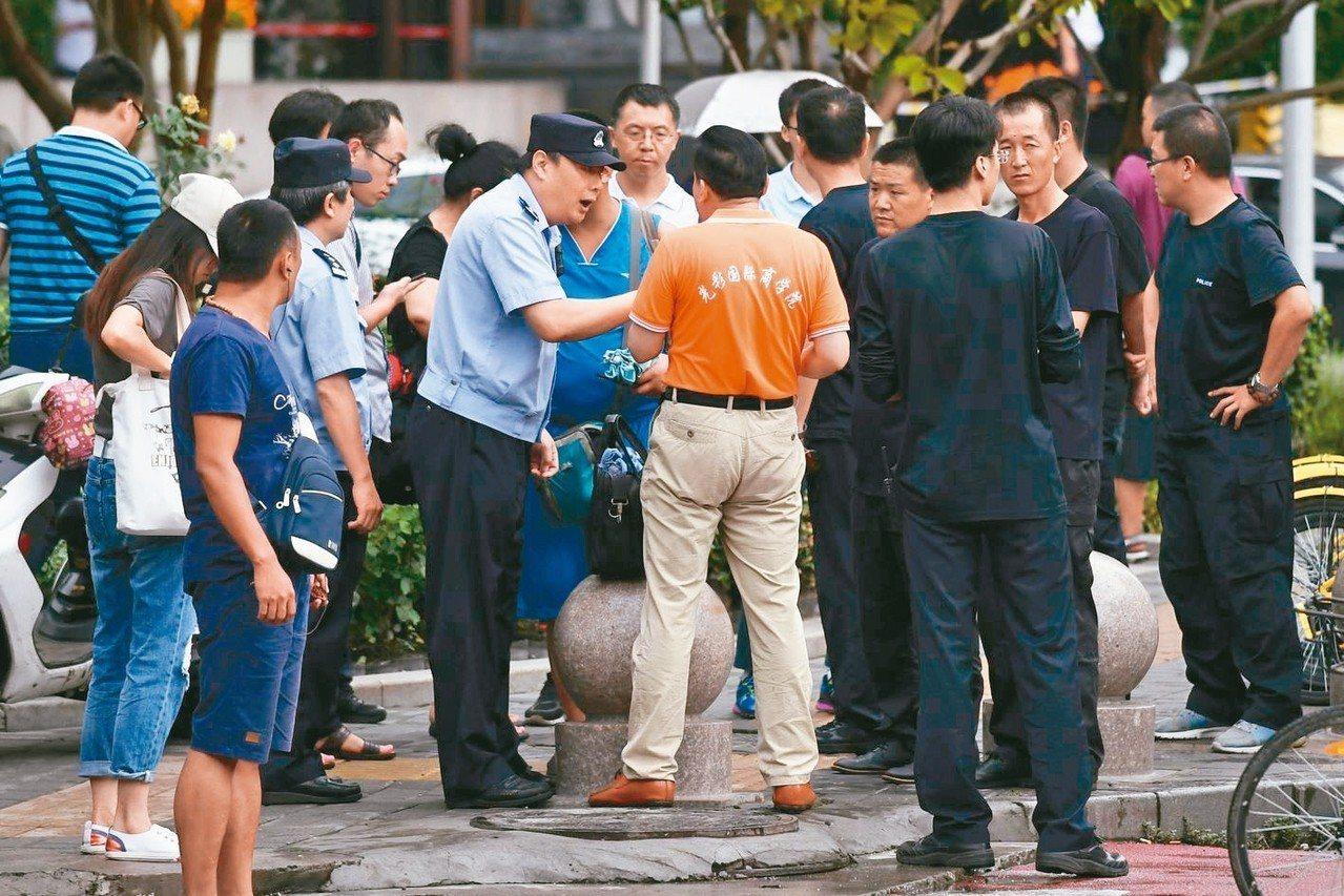 大陸P2P網貸平台近期出現惡性倒閉潮,上萬受害者六日聚集北京,欲前往大陸銀保監會...