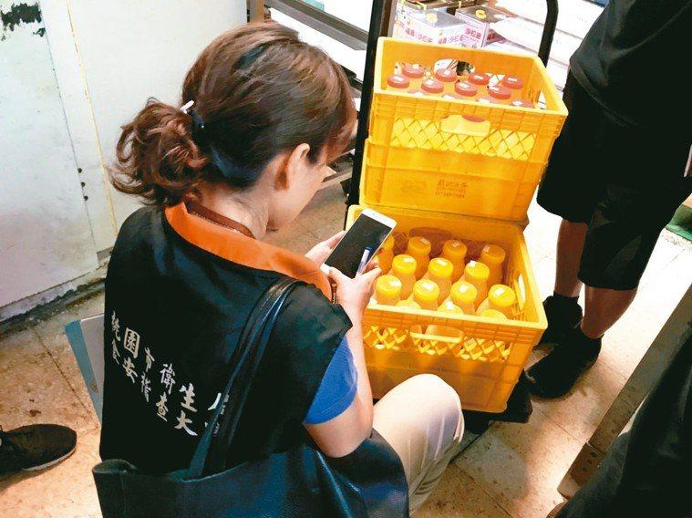 桃市衛生局稽查元山蛋品查到逾期、腐敗蛋液裝瓶,全數查封。 圖/衛生局提供