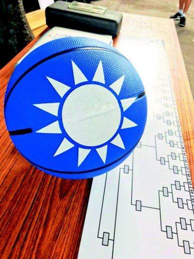 國民黨推出的黨徽籃球。 圖/取自國民黨青年部臉書