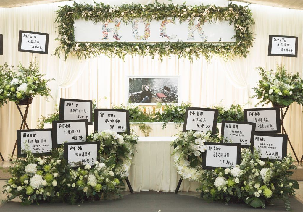 盧凱彤的靈堂布滿白色花籃,相當典雅。圖/香港環球唱片提供