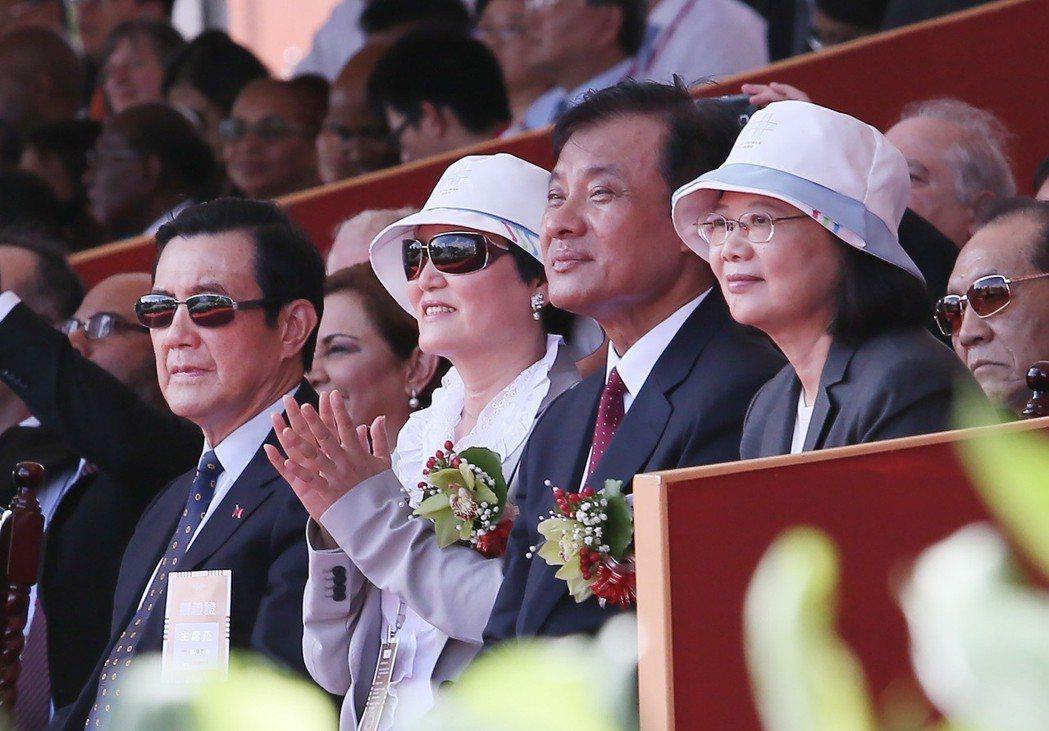 中華民國106年雙十國慶典禮昨天在府前廣場舉行,蔡英文總統(右一)與前總統馬英九...