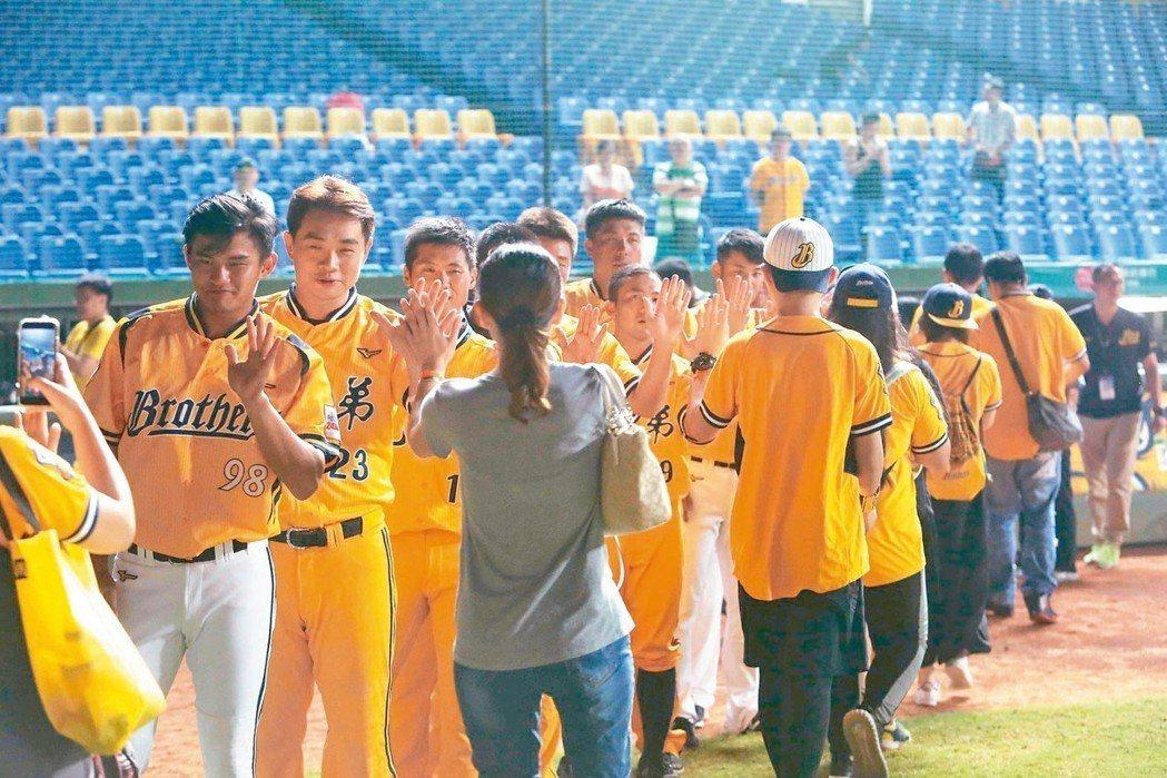 中信金控上周五(10日)於台中市洲際棒球場賽後舉辦最新品牌形象廣告「倆好球」首映...