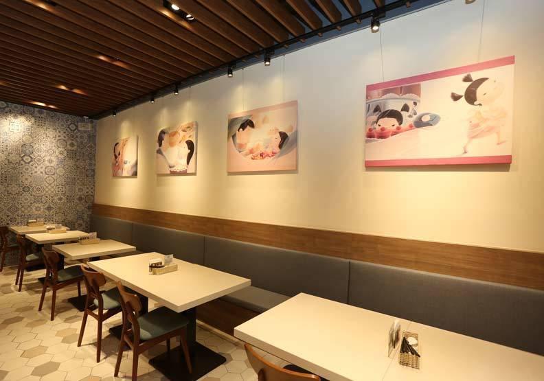 圖/和鑫光電內湖辦公室樓下開設的咖啡廳,店內陳設馬維欣的繪本著作,牆上掛著繪本插...
