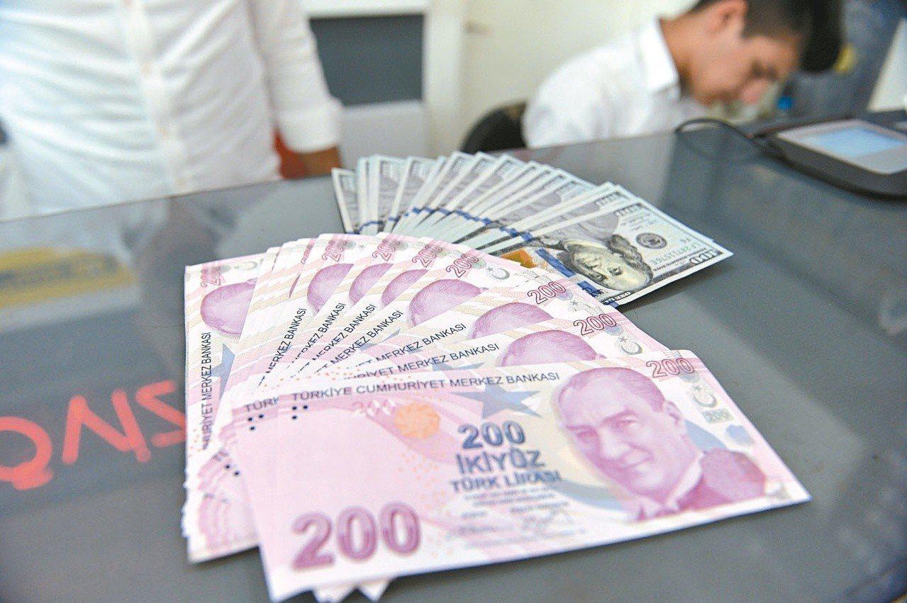 土耳其里拉今年以來,已貶值百分之四十一。圖/新華社