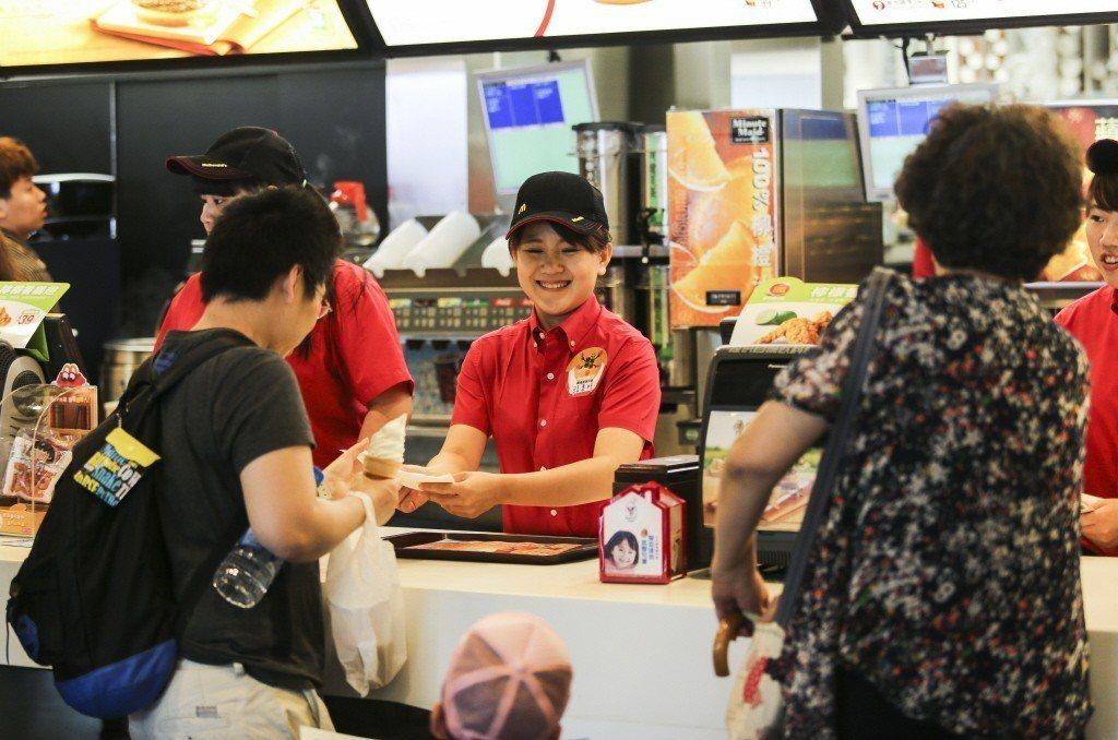 速食業龍頭台灣麥當勞目前計時人員時薪最高可達261元,正職餐廳襄理起薪36K。 ...