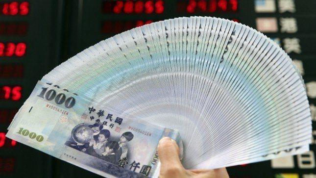 台北外匯市場新台幣兌美元9日收盤收30.812元,貶1.1角,成交金額7.67億...