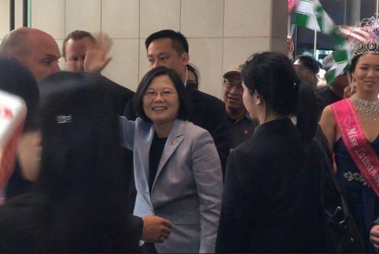 蔡英文在人群中向媒體揮手。 記者謝雨珊/攝影