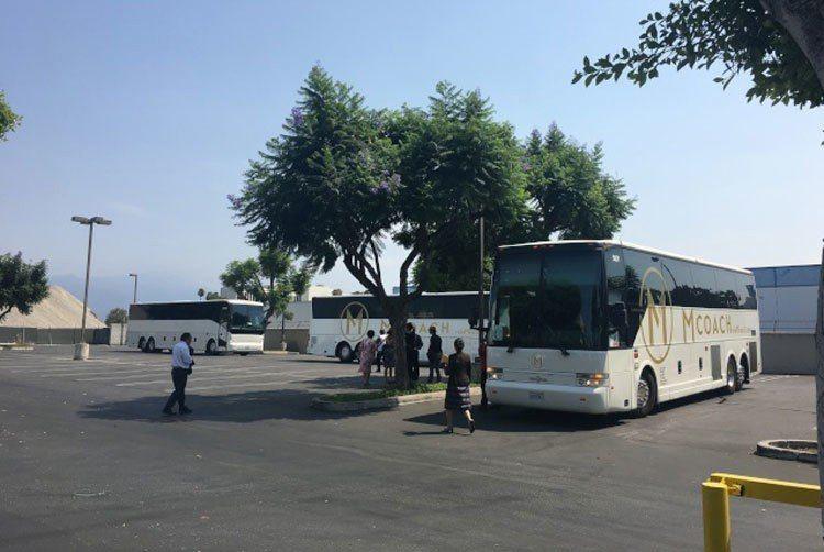 共七輛大巴士在洛僑中心準備將僑民載往洛杉磯市中心旅館歡迎總統蔡英文。 記者莊婷/...