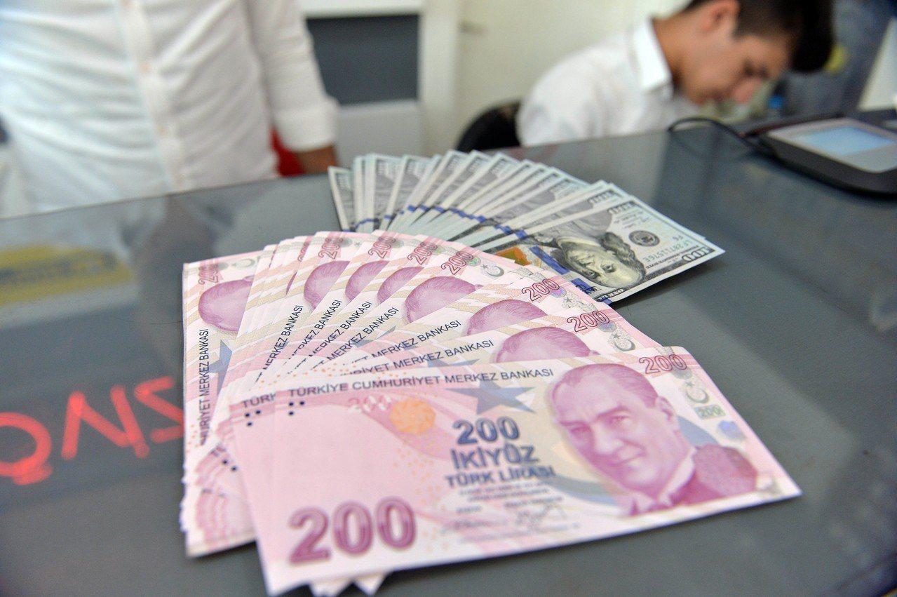美國對土耳其課徵鋼鋁關稅,讓里拉兌美元匯率在今年狂貶了36%。 新華社