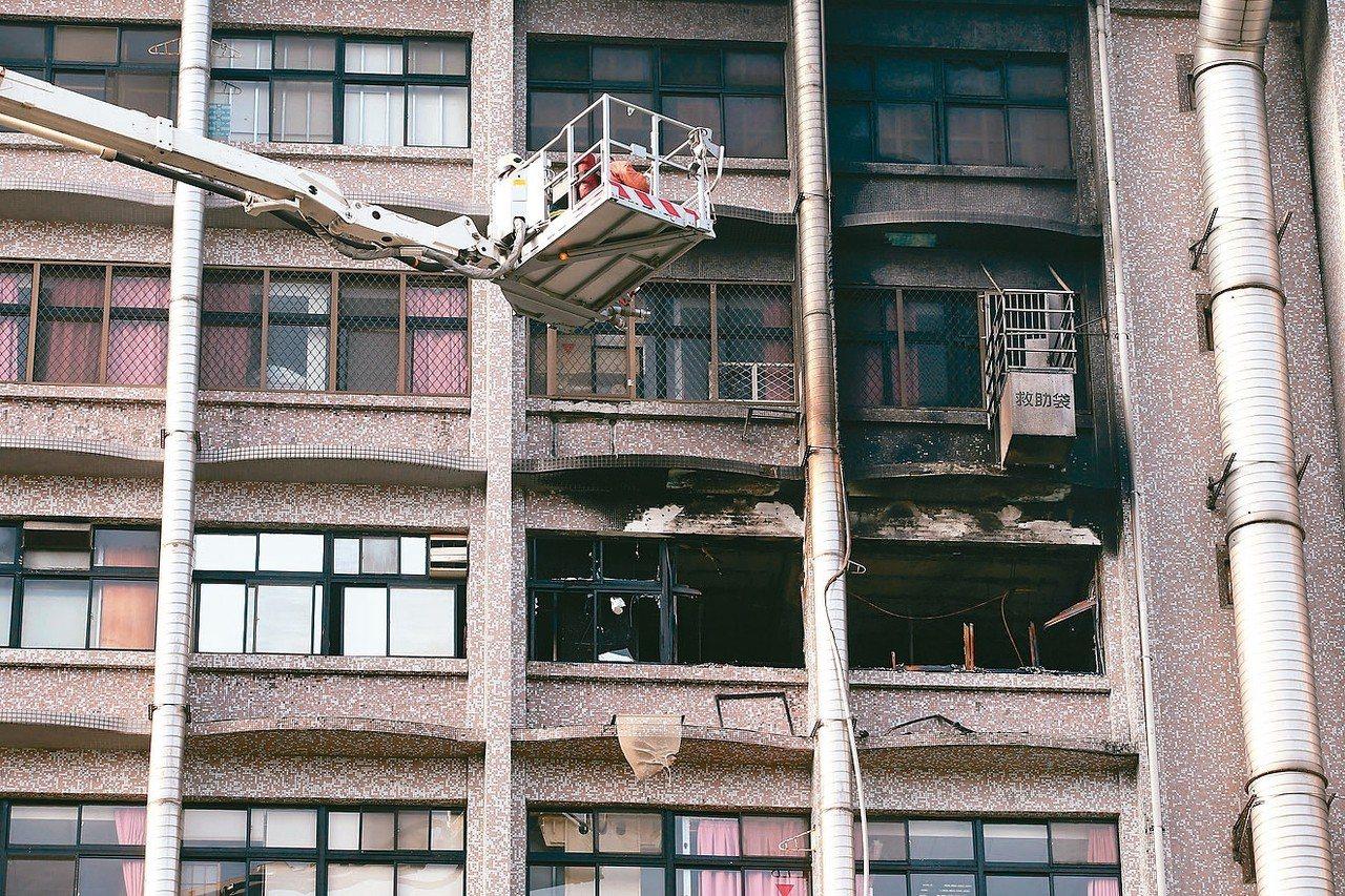 新北市新莊區衛福部台北醫院,凌晨傳出火警。醫院七樓護理之家冒出火煙,造成多人傷亡...