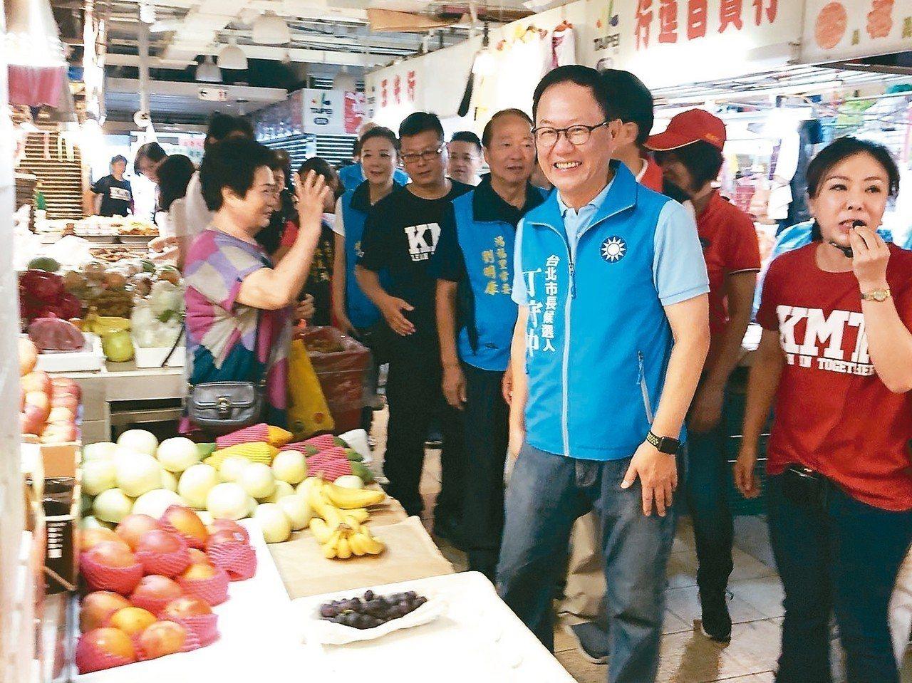 台北市長參選人丁守中日前赴南港區市場掃街拜票。 圖/聯合報系資料照片