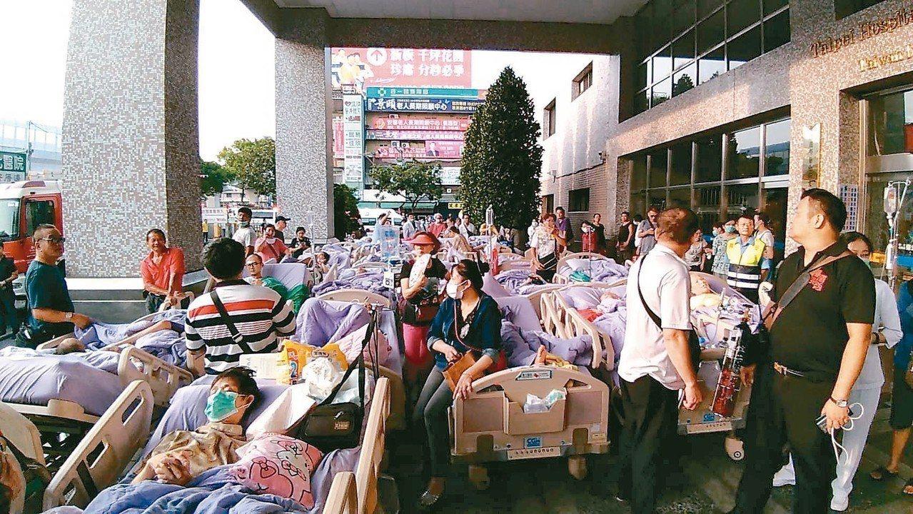 新北市新莊區的衛福部台北醫院凌晨火警,已造成9人死亡,醫院緊急撤離病患。 記者袁...