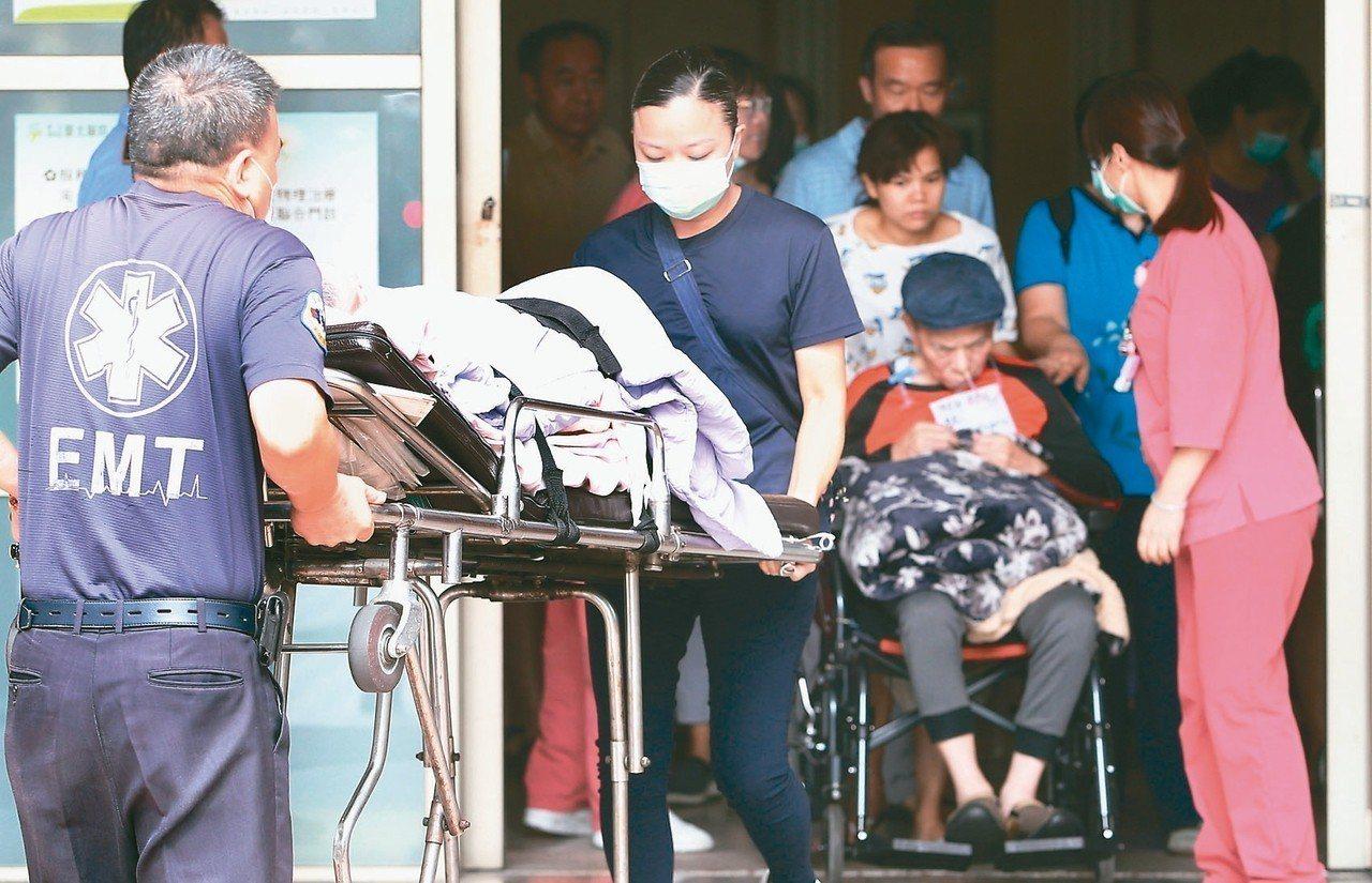 衛福部台北醫院護理之家上午驚傳火警,護理人員及家屬陸續將重症患者轉至別家醫院。 ...