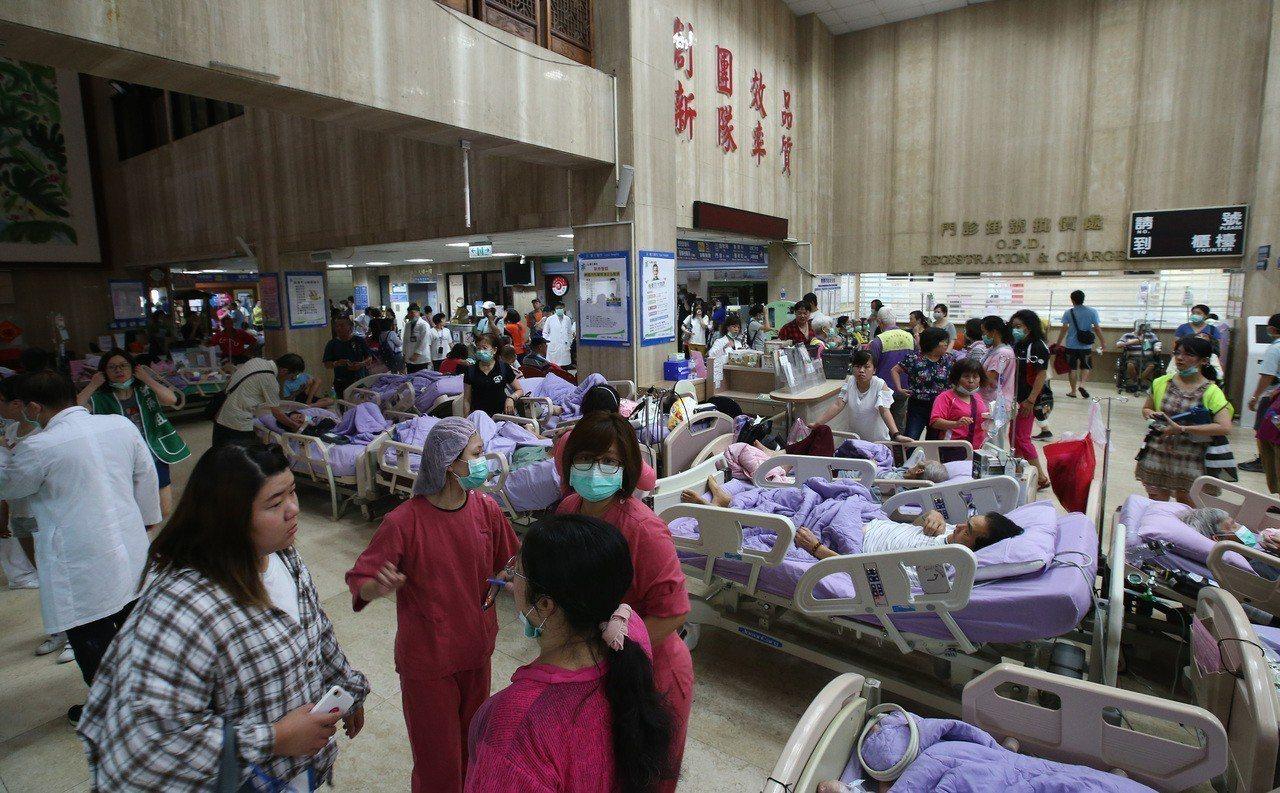 新北市新莊區衛福部臺北醫院,凌晨傳出火警,造成多人傷亡。醫院病患緊急疏散到醫院大...