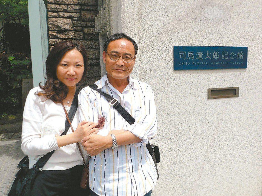 林文義(右)、曾郁雯同遊日本司馬遼太郎紀念館。 圖/曾郁雯提供