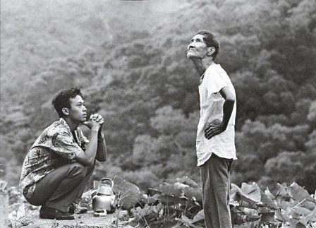 李天祿(右)在《戀戀風塵》裡的演出讓人印象深刻。 圖/劉振祥攝影