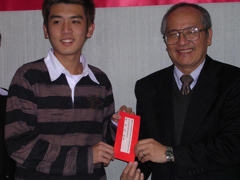 2004年國立清華大學校長徐遐生(圖右)頒發獎學金給以第一志願選讀清大材料所的大學指定科目考試第二類組榜首徐伯均。聯合報系資料照片。