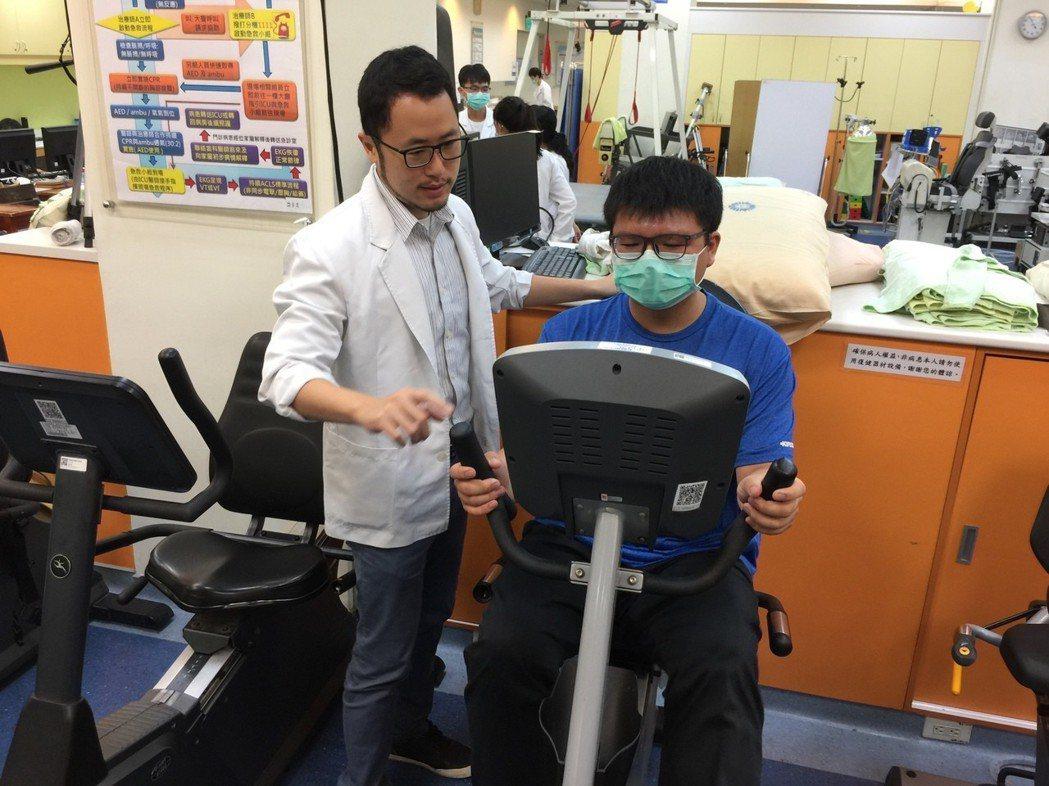 李友淳醫師指導病友合適強度之運動 臺中榮總/提供。