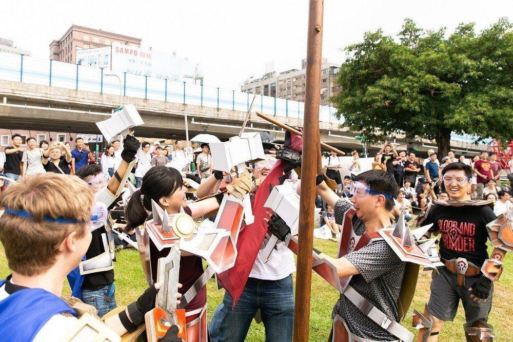 玩家須在紙箱戰爭時到對方陣營搶旗。