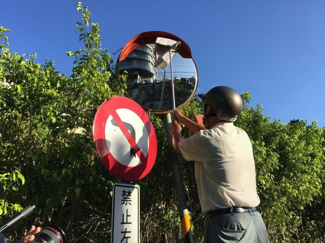 現年76歲的張秀雄,每天清晨4點出門擦拭道路反光鏡,主要是要讓用路人能看清楚道路路況,除了保護自身安全,也能平安駕駛。聯合報系資料照片