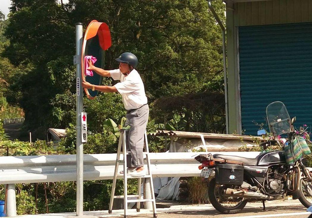 他每天出門第一件事情就是擦鏡子,以機車代步,自行準備梯子及擦布。聯合報系資料照片