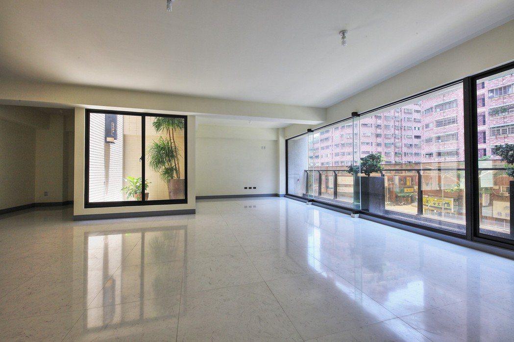 全棟大空間好規劃,大面開窗好採光,陽光天井好舒適。 圖片提供/以勒建設