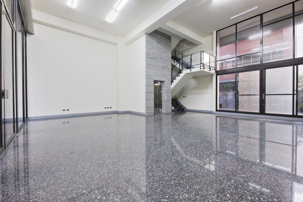 10.5米大氣面寬,一樓挑高6米門廳,門面規格再晉級。 圖片提供/以勒建設
