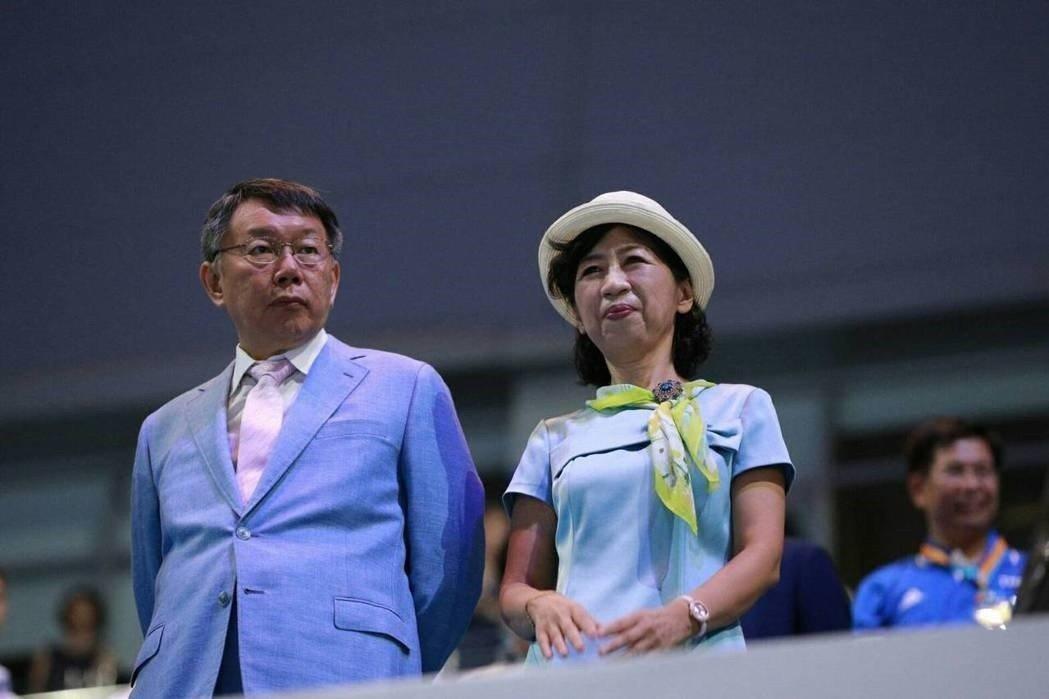 柯文哲在世大運開幕難得穿上西裝,太太陳佩琪更是盛裝打扮。 圖/北市府提供