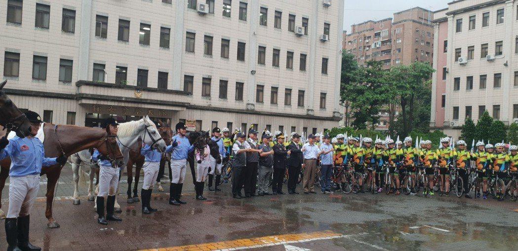 台中市警局騎警隊昨天成軍,市長林佳龍跟大家一起合影。 記者游振昇/攝影