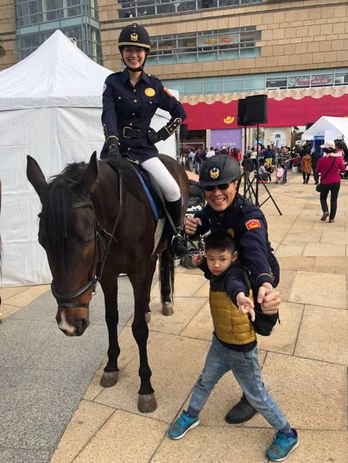 騎警帥氣又威風,小男孩愛和騎警拍照。 圖/高雄市警察局提供