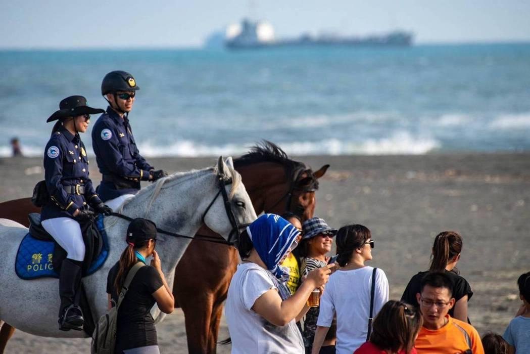 高雄市警局觀光騎警隊,在旗津沙灘巡邏,吸引遊客注目。 圖/高雄市警察局提供