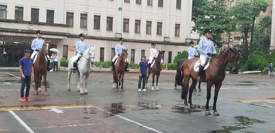台中市警局騎警隊昨天成軍,將在花博期間與民眾互動,宣導治安和交通安全。 記者游振...