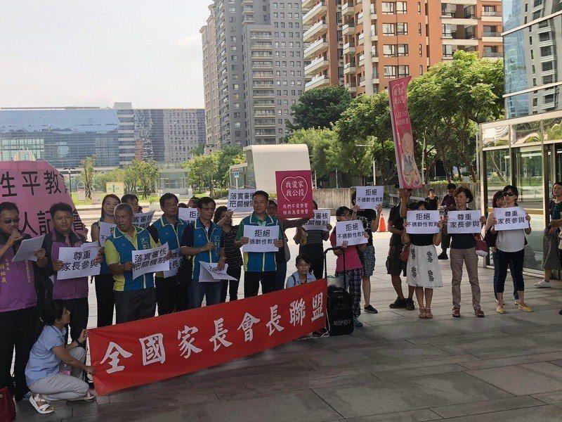 台中市議會舉辦「性別平等教育管理自治條例」草案聽證會,引發正反兩方人馬在議會廣場...