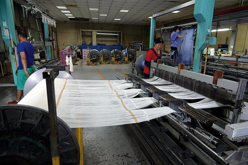紡織業勞力密集,有意留在台灣的廠商,無不致力發展獨家技術。