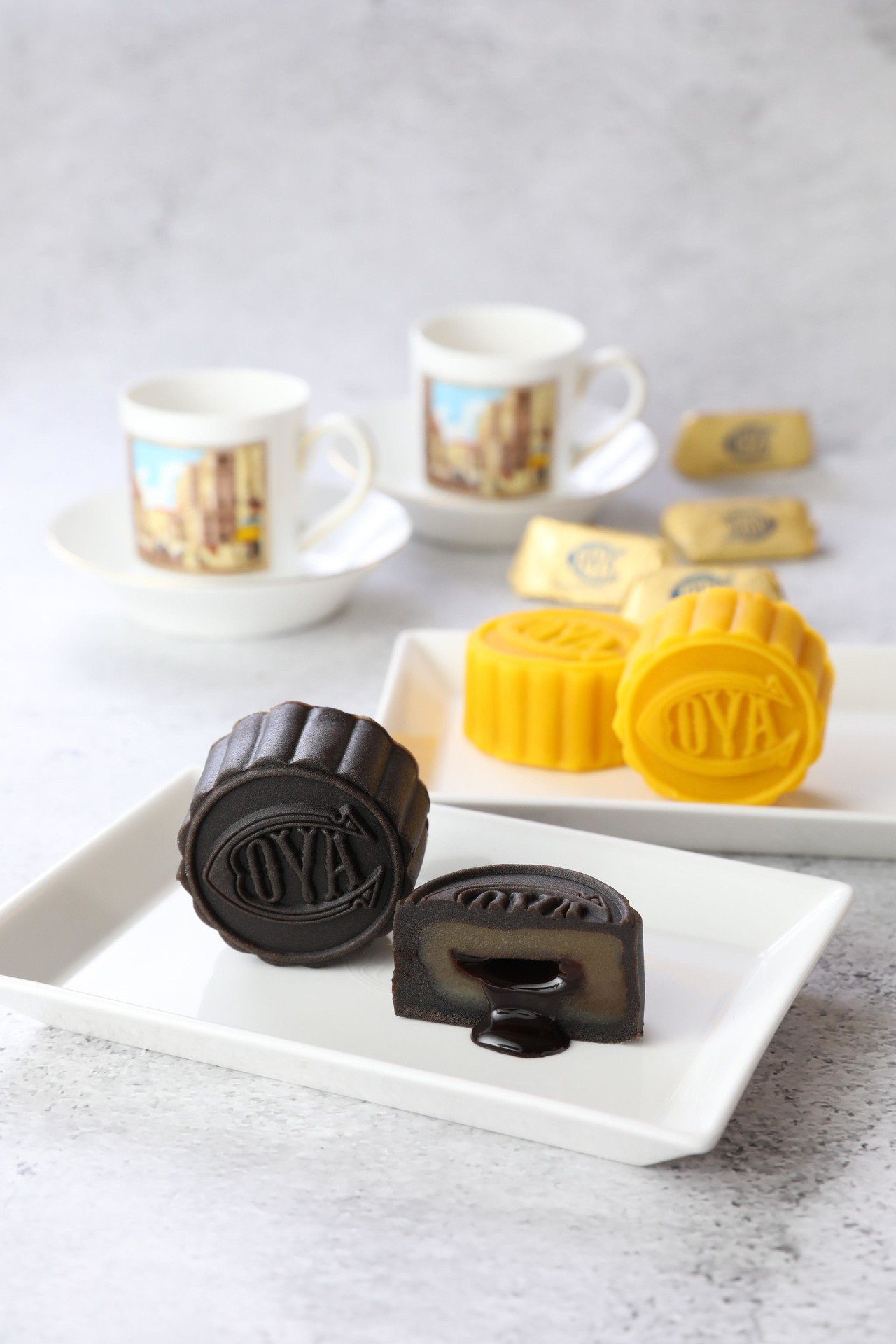 COVA中秋禮盒含太妃巧克力流芯月餅(前)、香橙巧克力流芯月餅(後)。圖/COV...