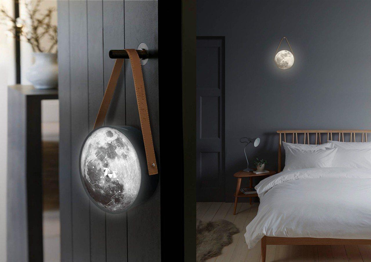 「帶我去月球」禮盒吃完後,裝上電池及皮質把手,就能變身裝飾品直接掛在房間內。圖/...