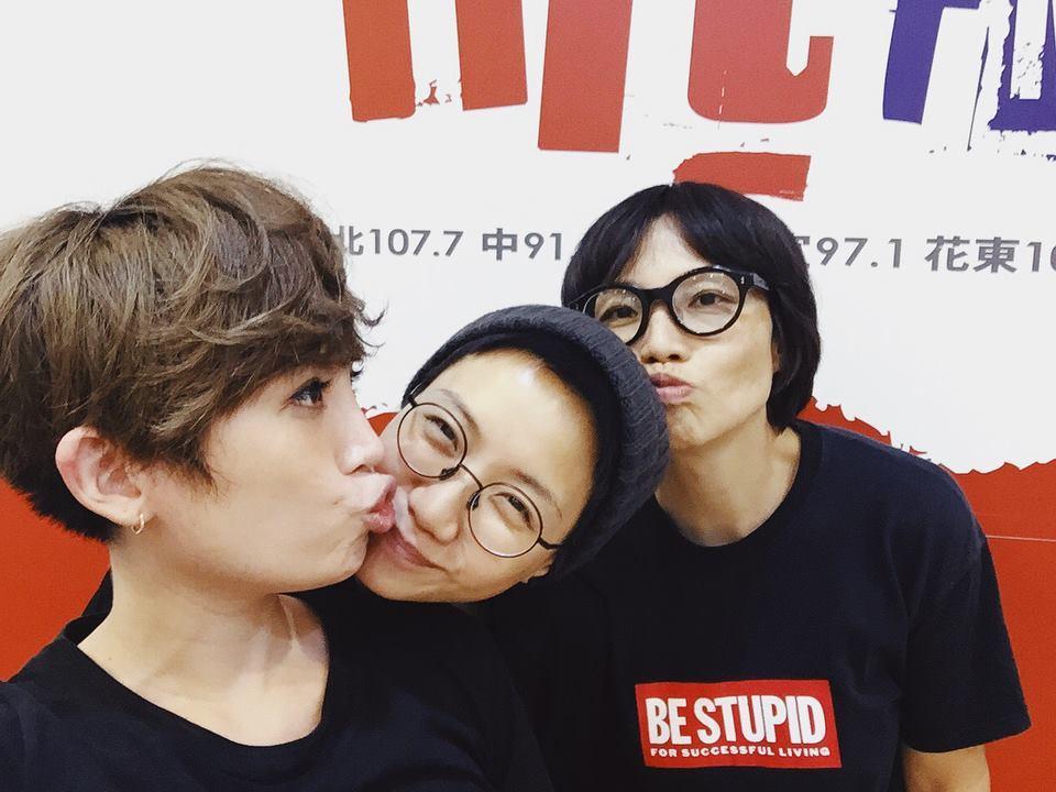 魏如萱(左起)和盧凱彤、余靜萍作勢親親,相當逗趣。圖/摘自臉書