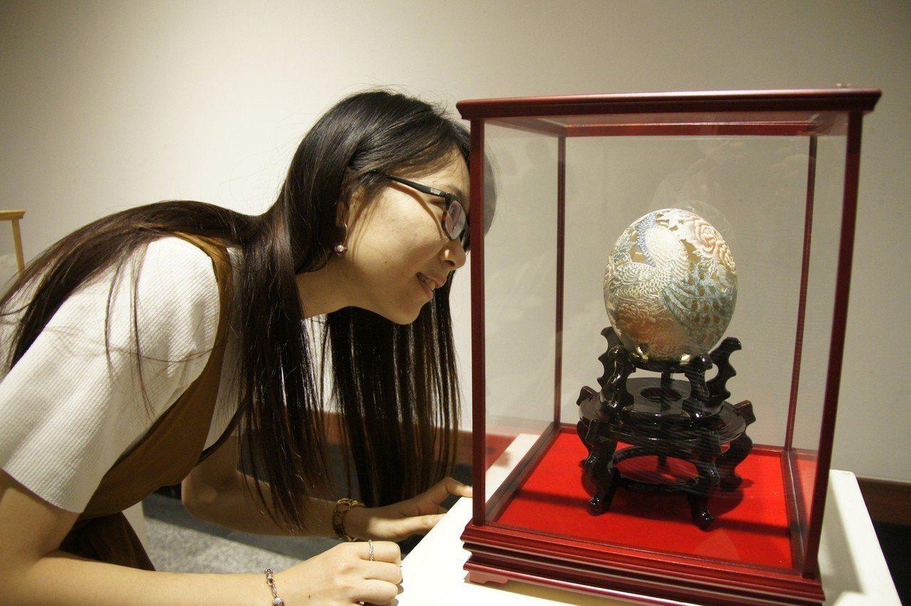 廖啟鎮的蛋雕作品「國色天香」。圖/台中市港區藝術中心提供