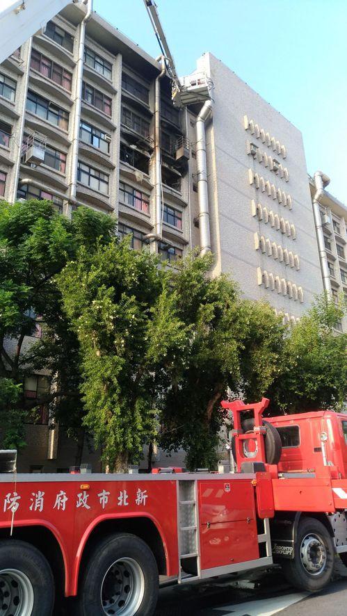 新北市新莊區的衛福部臺北醫院,今天凌晨4時許傳出火警,災害共造成24人送醫,其中...
