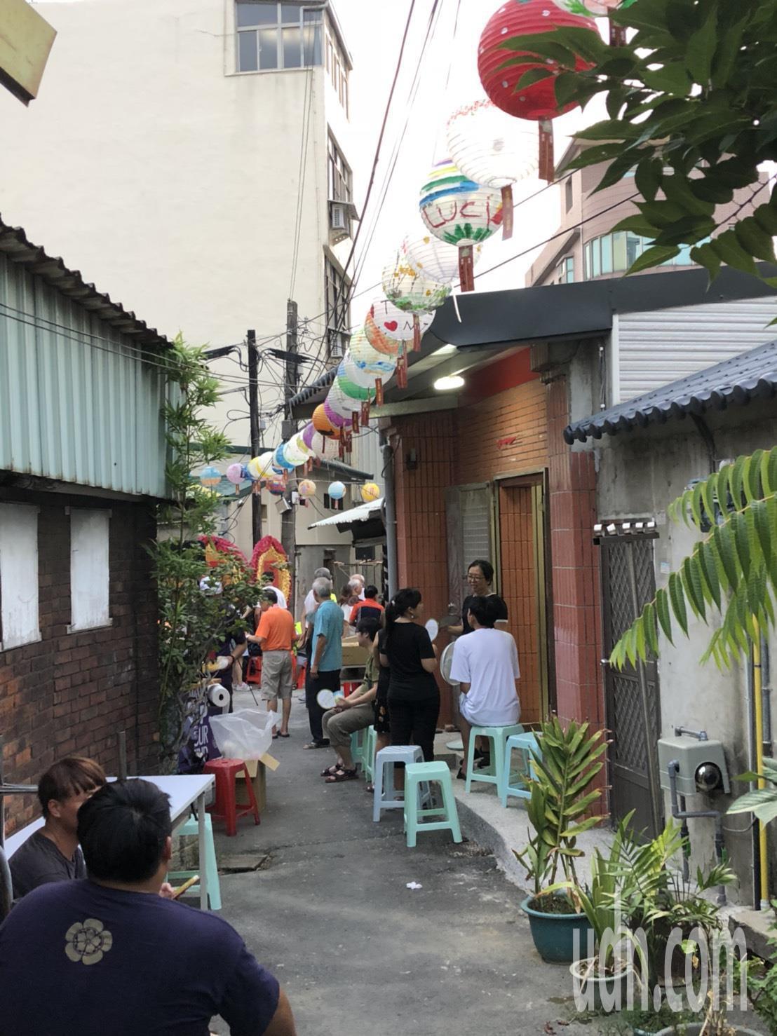 「黑金小燈節」集結400多個由新竹各店家特色結合新竹意象繪製的燈籠,至9月2日擔...