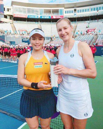 詹詠然(左)俄羅斯搭檔瑪卡洛娃獲得蒙特婁女網賽亞軍。 圖/劉雪貞提供