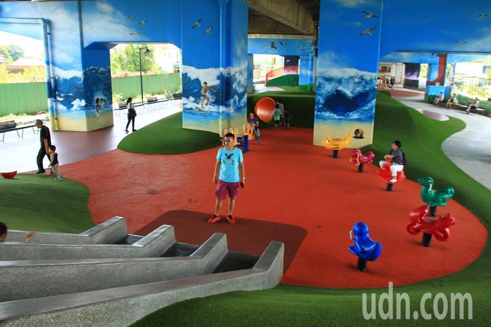桃園國際路橋下遊戲場,有許多不同主題的遊戲場。記者郭政芬/攝影