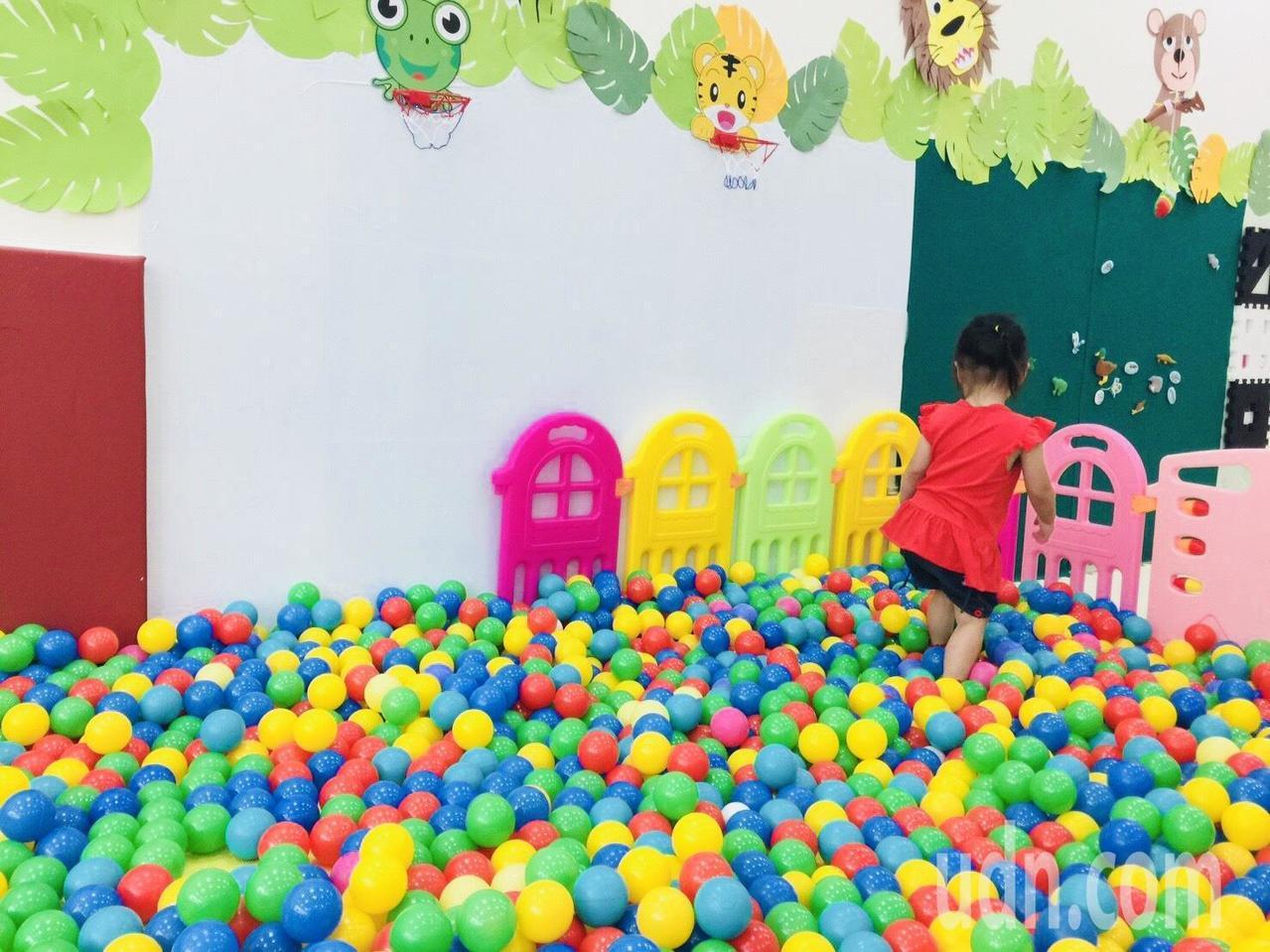 新竹縣托育資源中心內的親子遊戲室,提供小小孩們盡情探索學習。記者郭政芬/攝影
