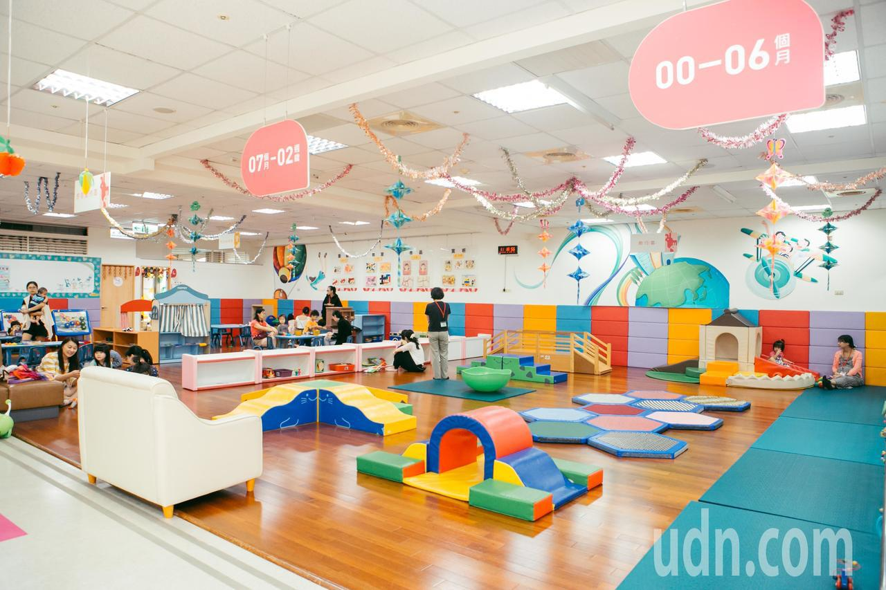 新竹市親子館全三百坪0-12歲的遊憩空間,分成0-2歲、3-5與6-12遊戲探索...