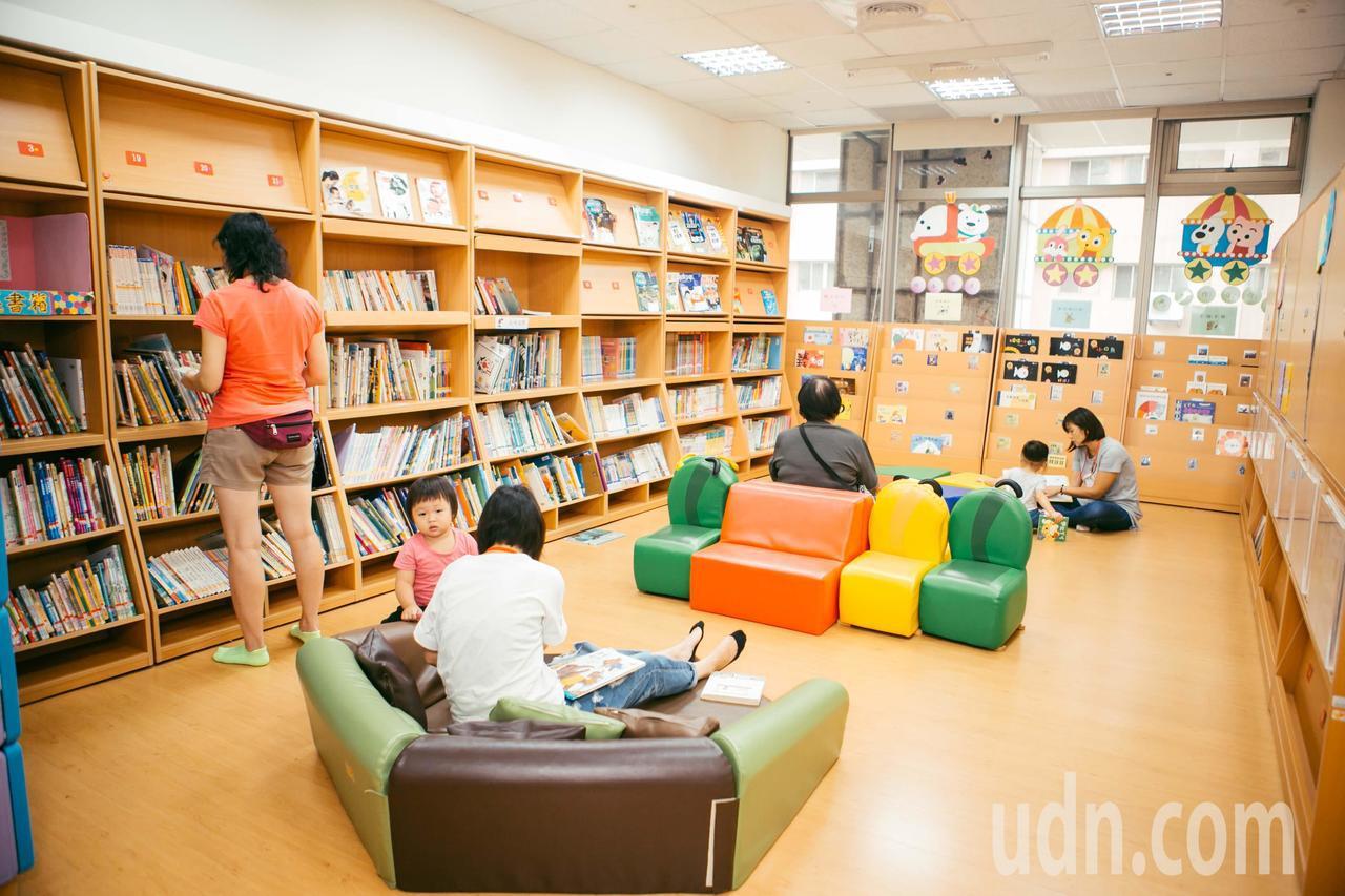 新竹市親子館內有閱讀區,提供許多親子共讀的書。記者郭政芬/翻攝