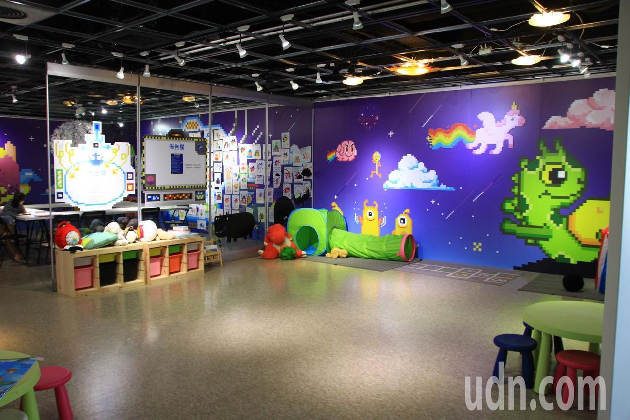 新竹市241藝術空間兒藝教室內牆面色彩繽紛,讓孩子盡情遊戲、創作藝術,親子共度愉...