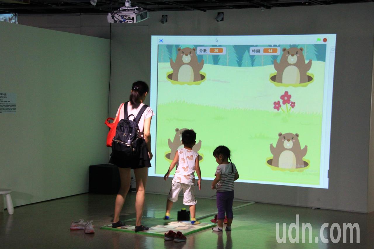 新竹市241藝術空間推出「數位童樂會」特展,以VR(虛擬實境)、AR(擴增實境)...