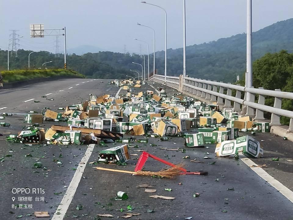 花蓮台九線瑞穗鄉外環道路272公里處,有百箱的台啤散落滿地。圖/翻攝爆料公社