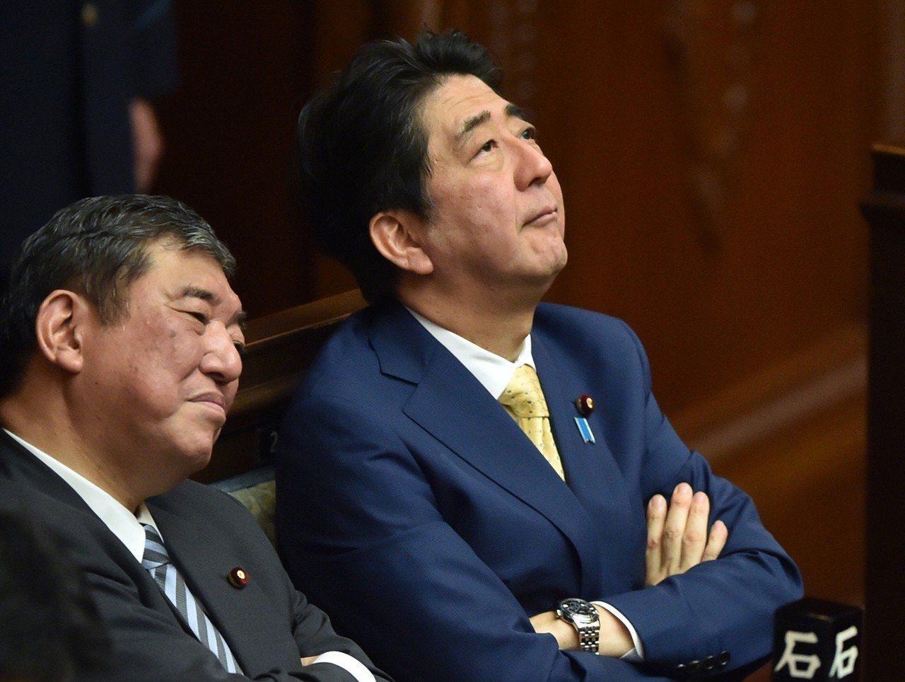 日本首相安倍晉三(右)將在九月的自民黨總裁選舉中對決該黨前幹事長石破茂(左)。圖...